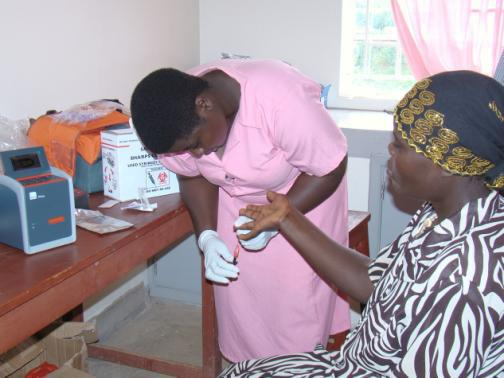 Midwife_draws_blood_to_establish_HIV_patients